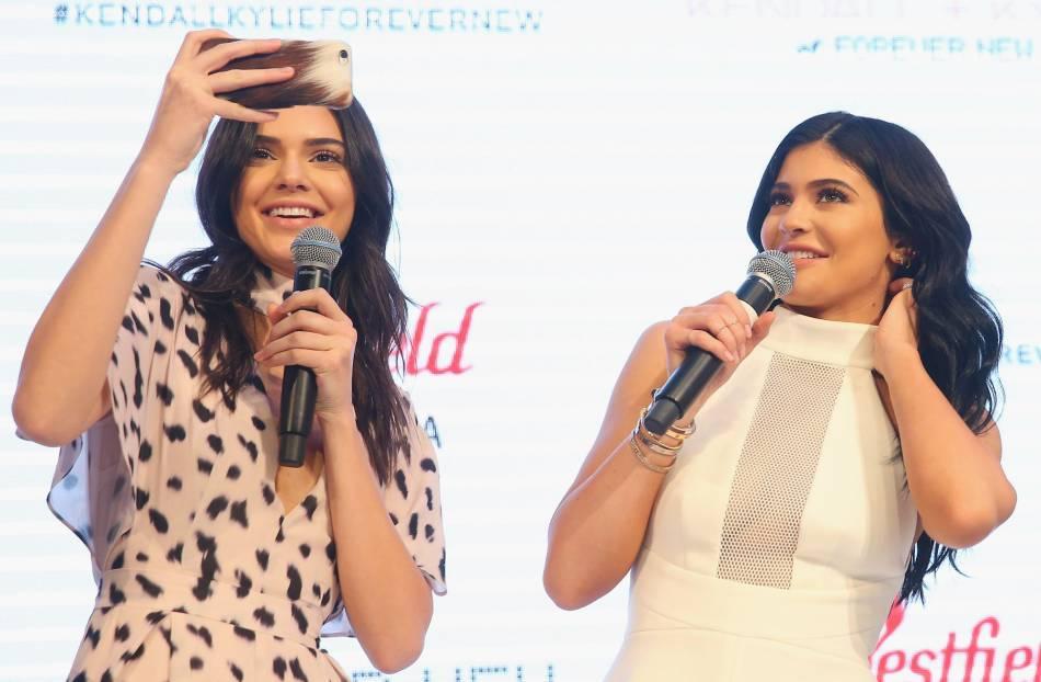 Kendall et Kylie Jenner en pleine séance de selfies, mardi à Sydney.