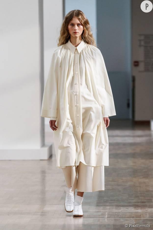La chemise longue immaculée de Christophe Lemaire.