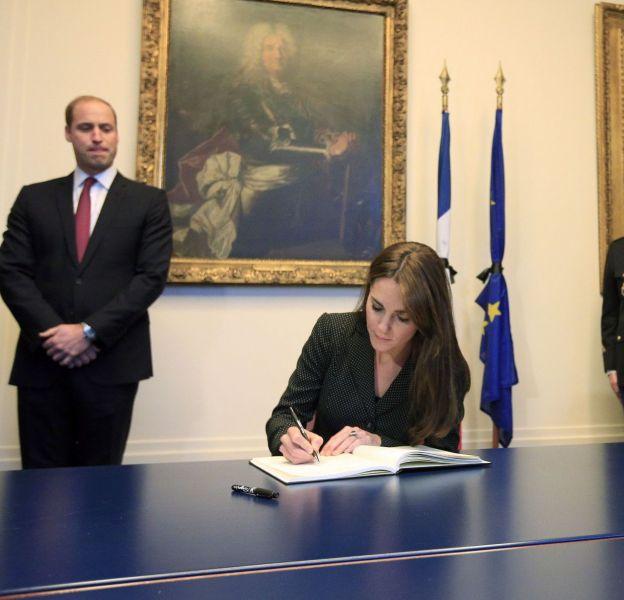 Kate Middleton et son époux le prince William se sont rendus à l'ambassade de France ce 17 novembre afin de rendre hommage aux victimes des attentats qui se sont déroulés le 13 novembre 2015 à Paris.