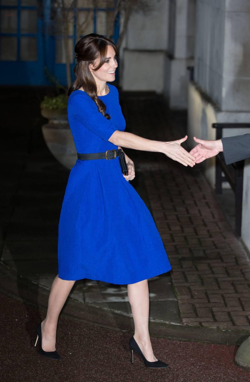 kate middleton tait radieuse dans une robe bleu roi. Black Bedroom Furniture Sets. Home Design Ideas