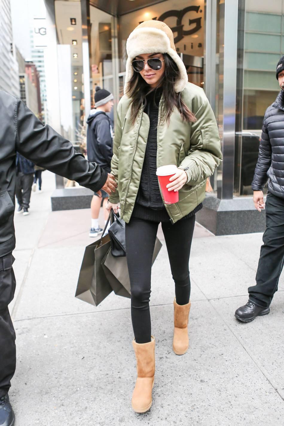 Kendall Jenner, brune et sexy même avec une chapka, n'hésite pas à passer au blond pour son métier.
