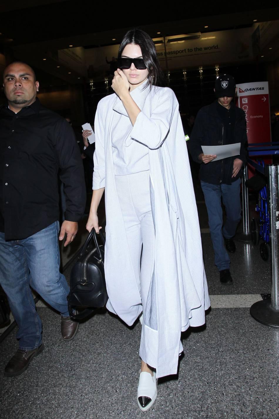 Kendall Jenner est sublime au naturelle mais elle l'est tout autant dans la tenue d'Alice au pays des Merveilles.