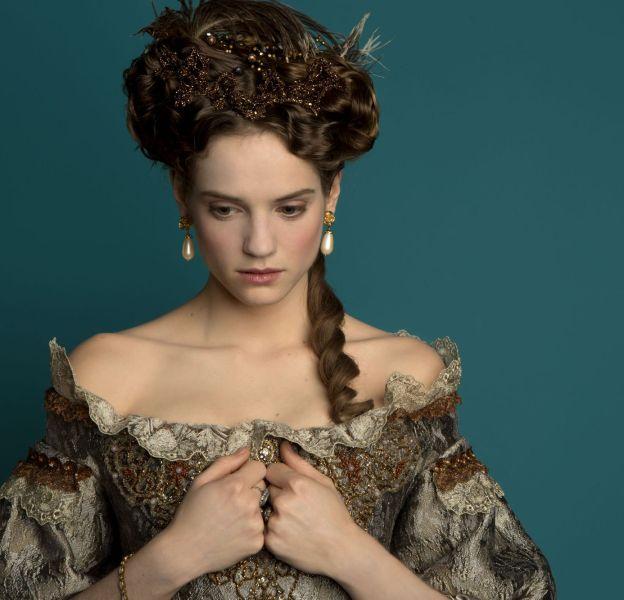 Henriette, sublime et décorée par de nombreuses perles.