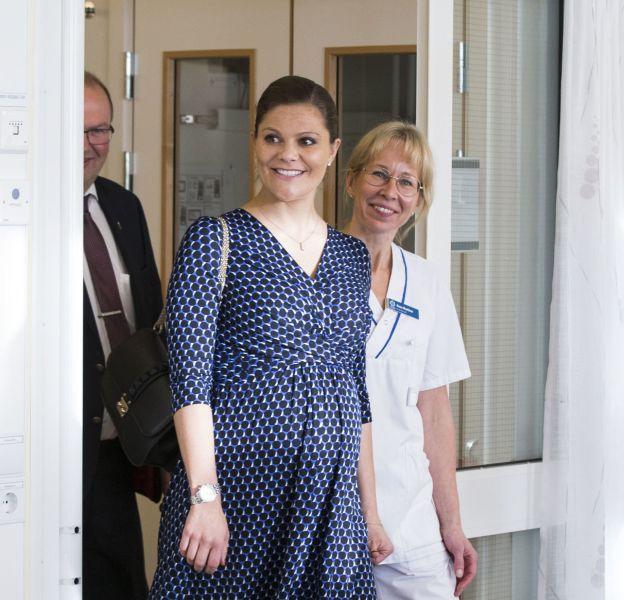 Victoria de Suède a dévoilé un baby bump très rond en visite officielle.
