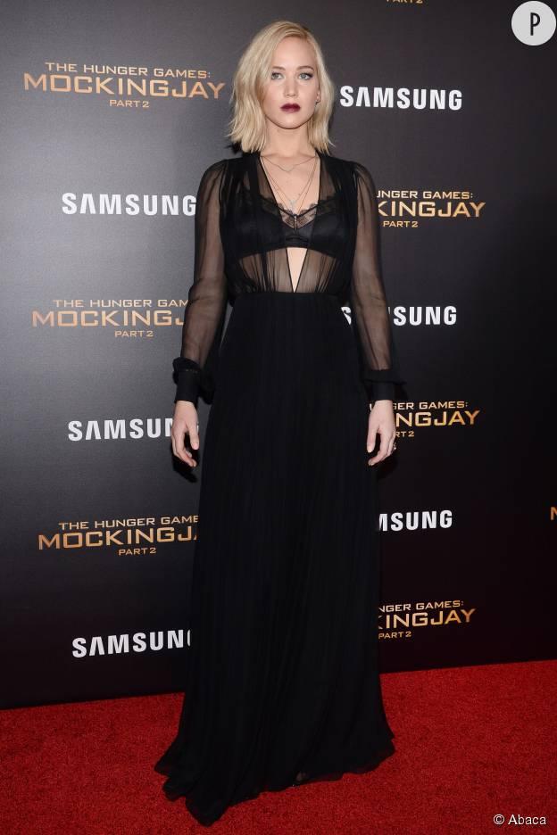 L'actrice fait sensation dans une robe Schiaparelli dissimulant ses escarpins Tamara Mellon. Elle apporte la touche finale avec des bijoux Eva Fehren.