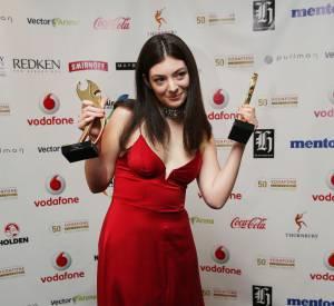 Lorde est absolument glamour dans cette robe rouge très décolletée lors des Vodafone New Zealand Music Awards.