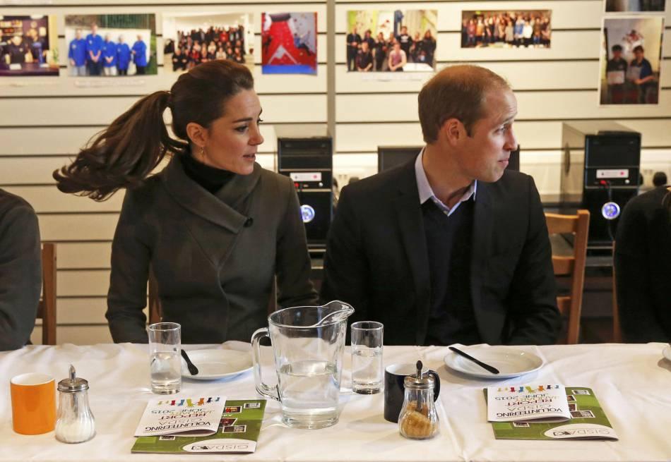 Kate Middleton et le prince William à la rencontre des jeunes de la ville.
