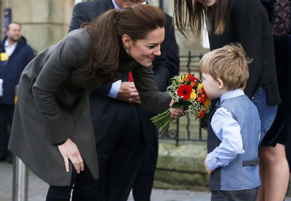 Kate Middleton toujours très attentive aux plus petits.