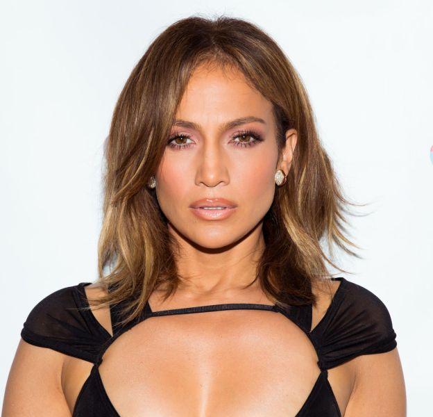 Jennifer Lopez dévoile une photo d'elle dans une robe en cuir bordeaux ultra décolletée sur Instagram, samedi 21 novembre 2015.