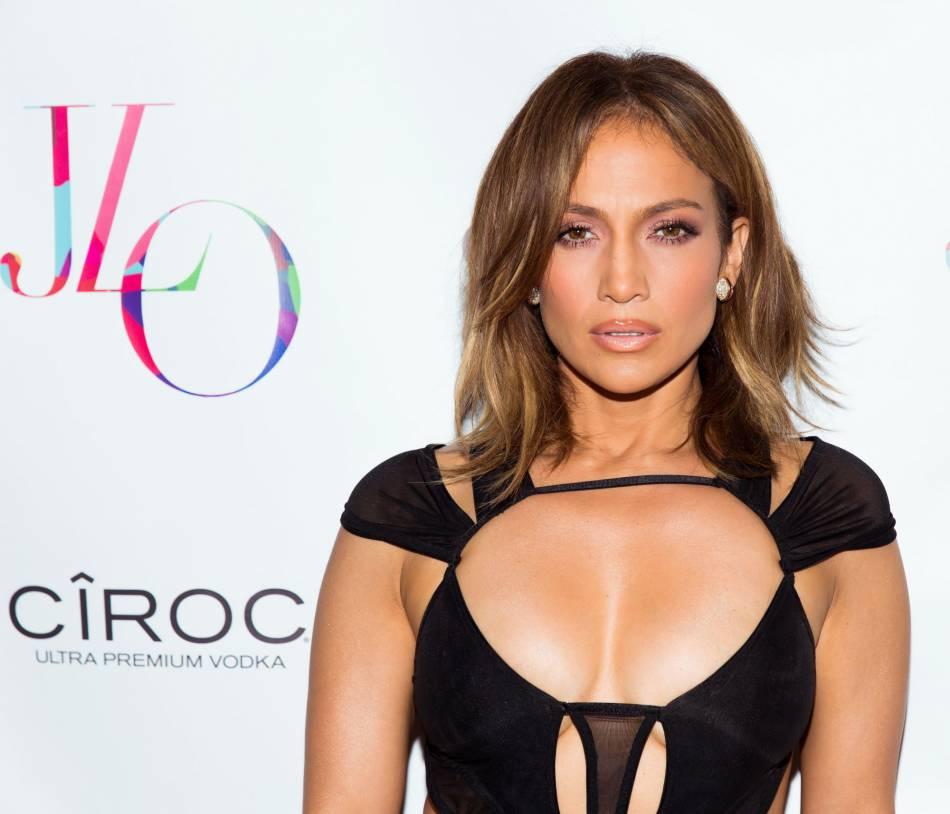 Jennifer Lopez : son décolleté de cuir ultra sexy fait ...