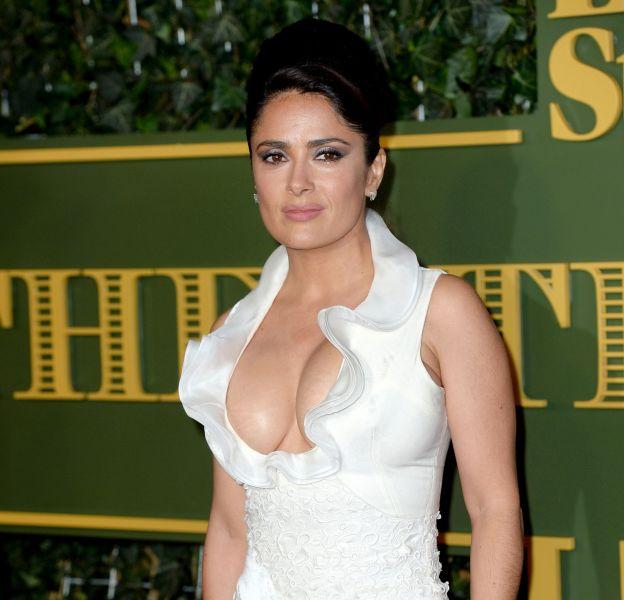 Salma Hayek a fait sensation dans sa robe fourreau blanche, ce dimanche22 novembre 2015 lors des Evening Standard Theatre Awards à Londres.