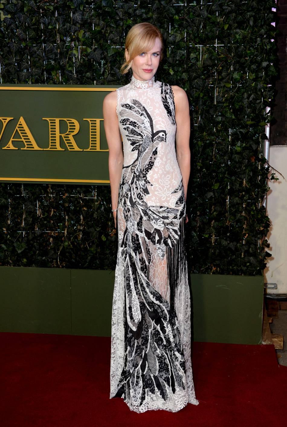 Nicole Kidman tire son épingle du jeu avec une robe en dentelle Alexander McQueen Printemps-Été 2016.