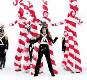 Katy Perry illustre le Noël 2015 de H&M.