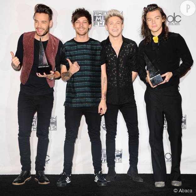 """Les One Direction repartent avec le prix """"Artistes de l'année"""" aux American Music Awards 2015."""