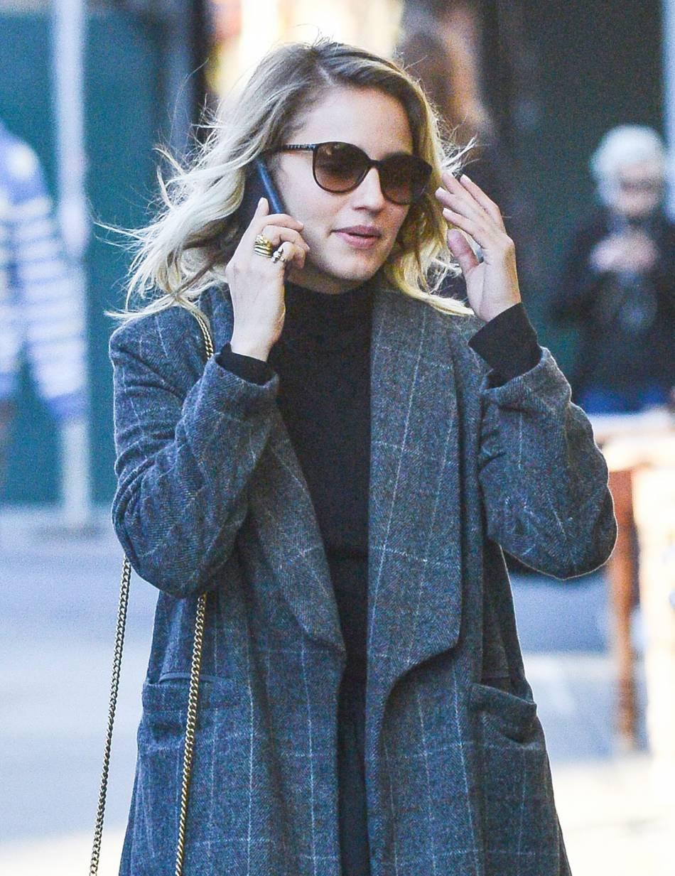 Dianna Agron dégaine les lunettes de soleil en plein automne.