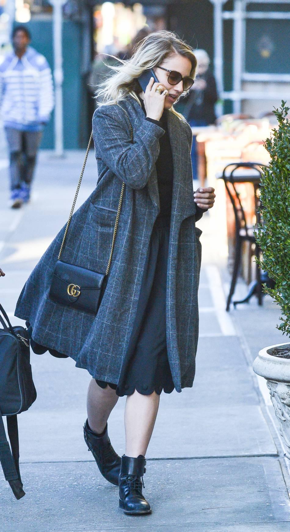 Dianna Agron accessoirise sa tenue d'un petit sac Gucci.