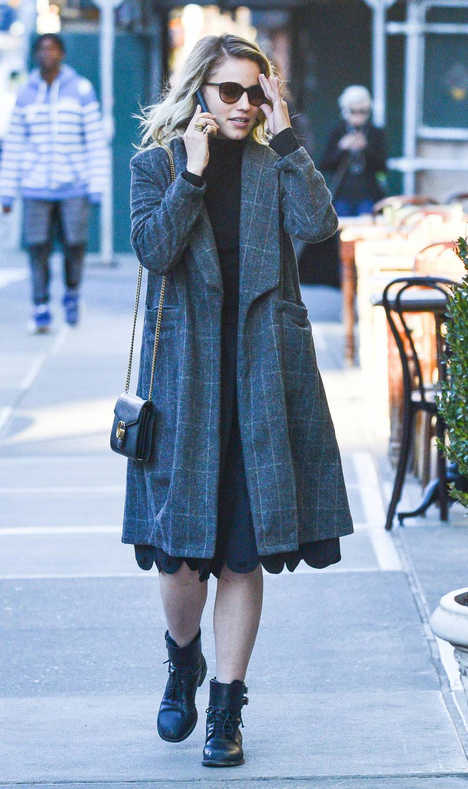Dianna Agron en manteau à carreaux, le look à copier !