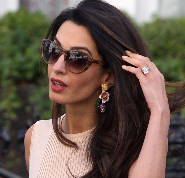 Amal Clooney arbore à l'annulaire une bague en diamant de sept carats qui coûte une fortune.