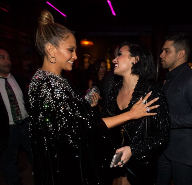 Jennifer Lopez et Demi Lovato copinent lors de l'after party des American Music Awards le 22 novembre 2015.
