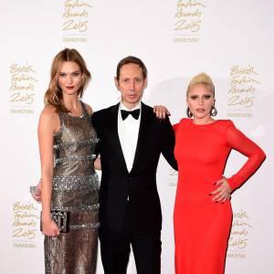 Entouré de Karlie Kloss et Lady Gaga, Nick Knight remporte le prix Isabella Blow aux British Fashion Awards, ce lundi 23 novembre 2015.