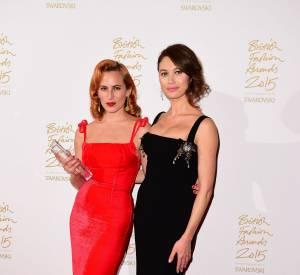 A côté de Olga Kurylenko, Charlotte Olympia remporte le British Fashion Award du Créateur d'accessoires de l'année 2015.