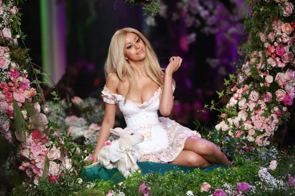 """Zahia élevée au rang de """"Marie-Antoinette contemporaine"""" par les artistes Pierre et Gilles, en 2014."""