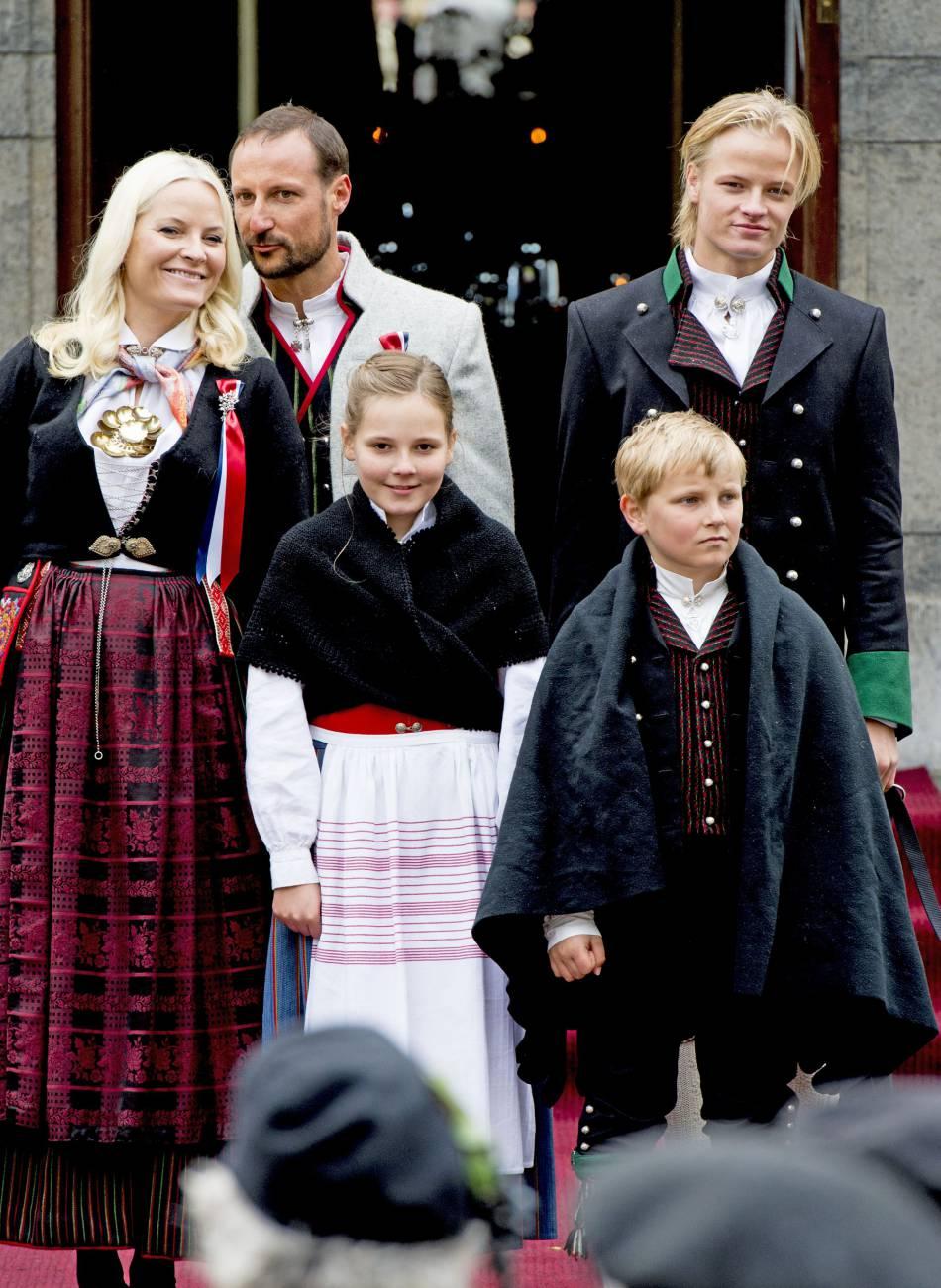 Blond presque platine, il a un petit côté viking, et aussi Drago Malefoy.