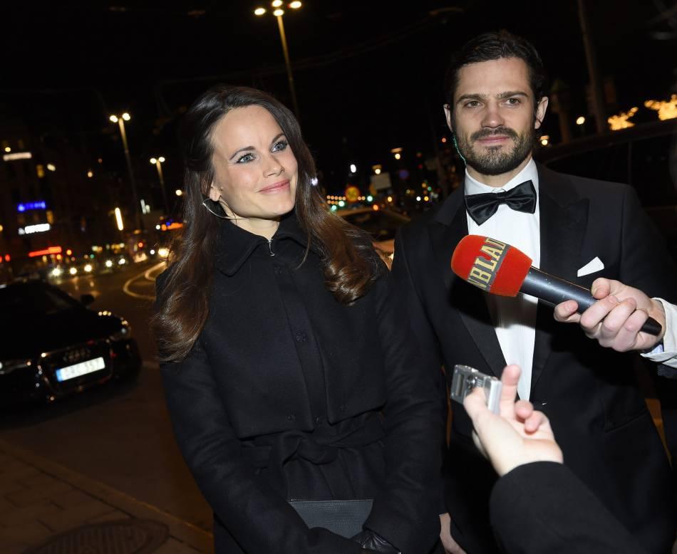 Le prince Carl Philip de Suède et la princesse Sofia toujours souriants devant les médias suédois.
