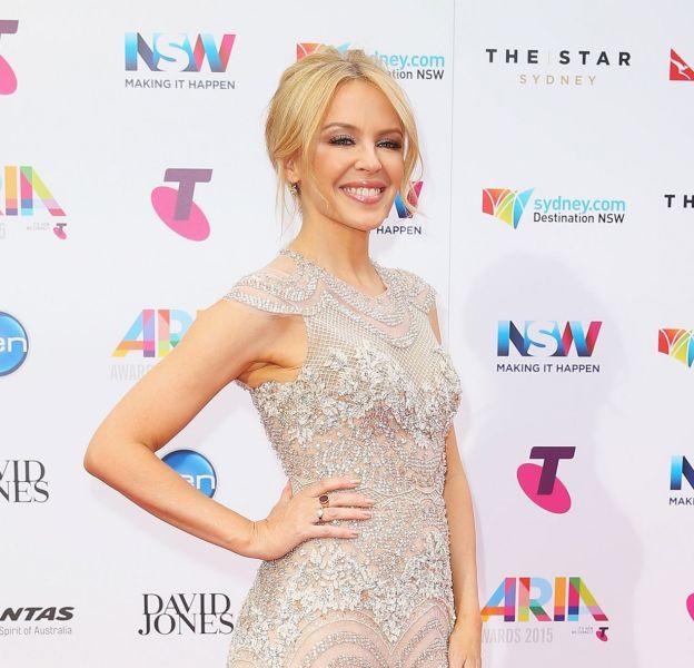 Kylie Minogue dans une ravissante robe aux airs de robe de mariée, lors des ARIA Awards 2015.