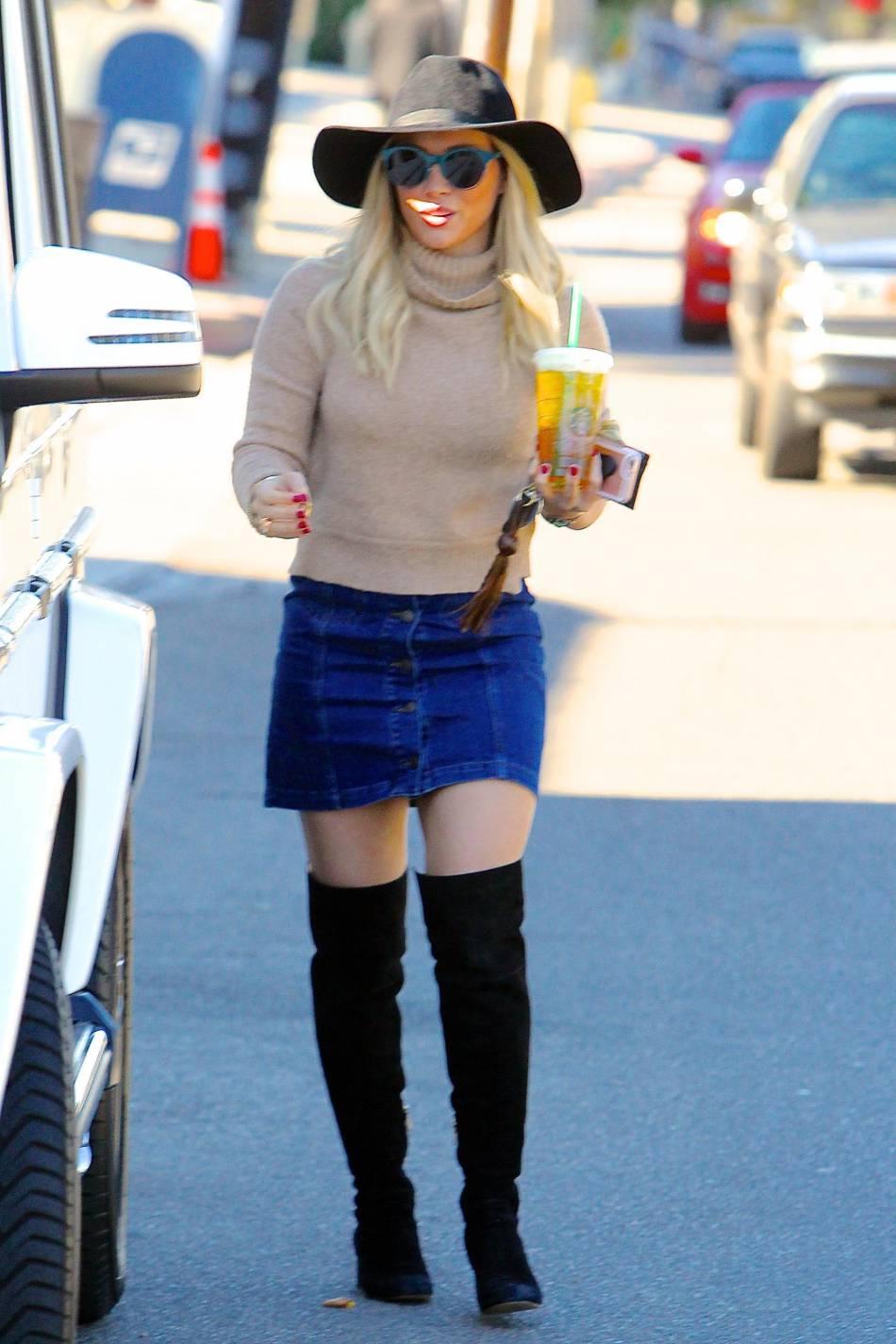 Hilary Duff opte pour des cuissardes en daim pour se balader dans LA ce vendrei 27 novembre