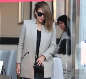 Jessica Alba : slim et manteau gris, son look automnal et élégant à adopter