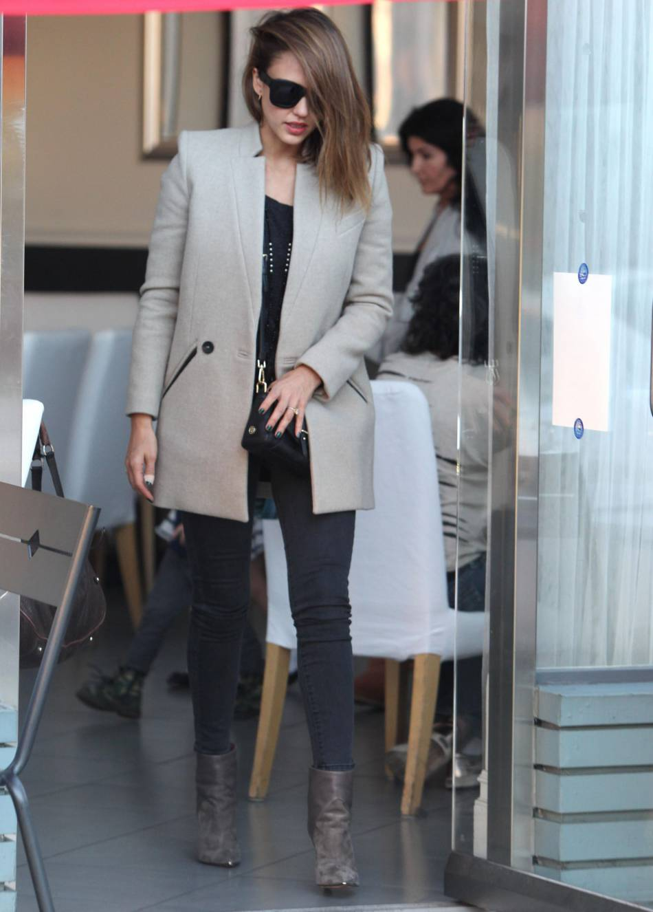 Jessica Alba : on copie son look automnal et élégant.