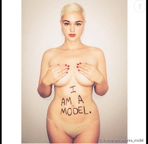 """Stefania Ferrario fait passser le message : """"Je suis un mannequin""""."""