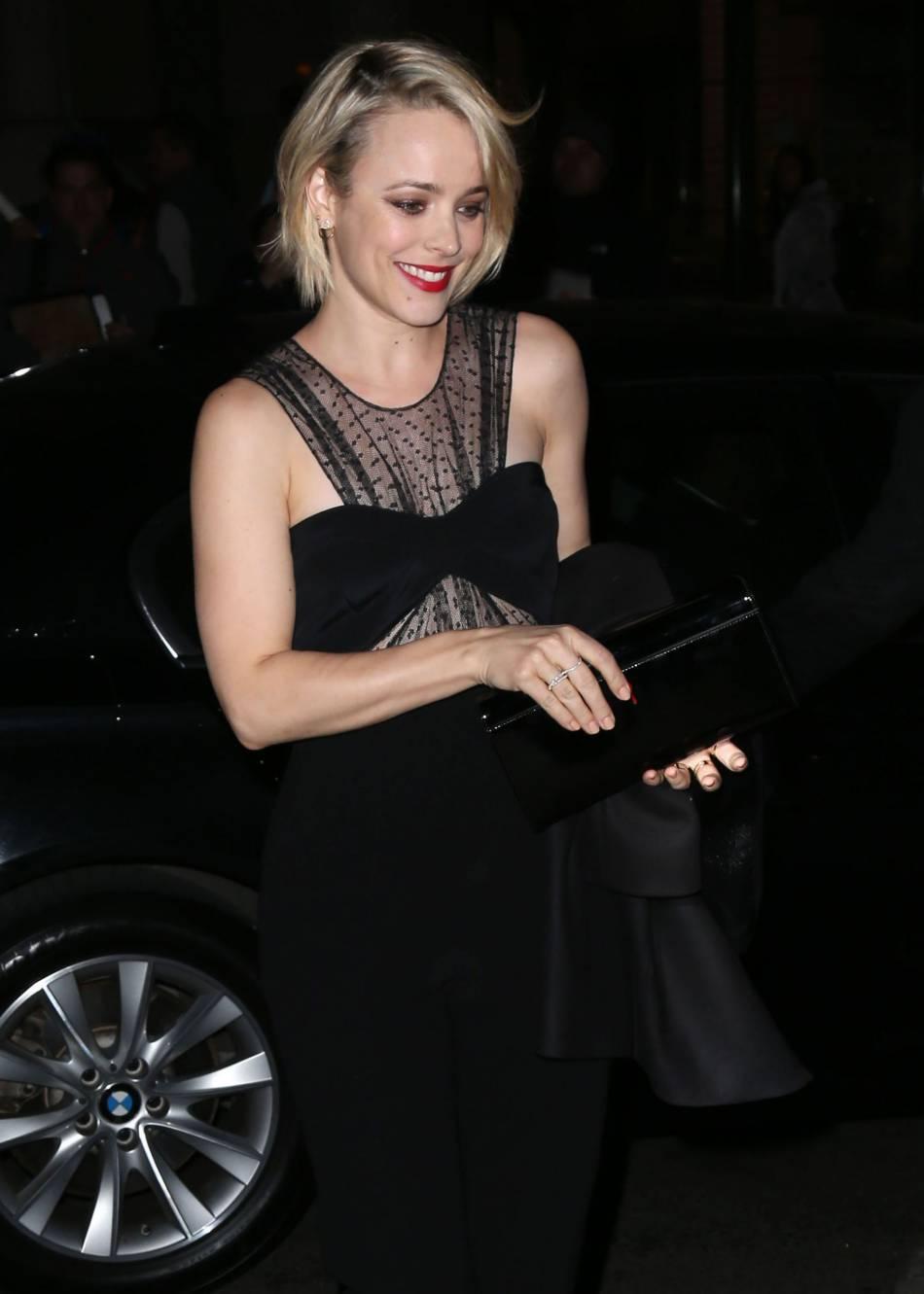 Rachel McAdams est élégante et sexy avec une combinaison noire, et son col bandeau bi-matière transparent.