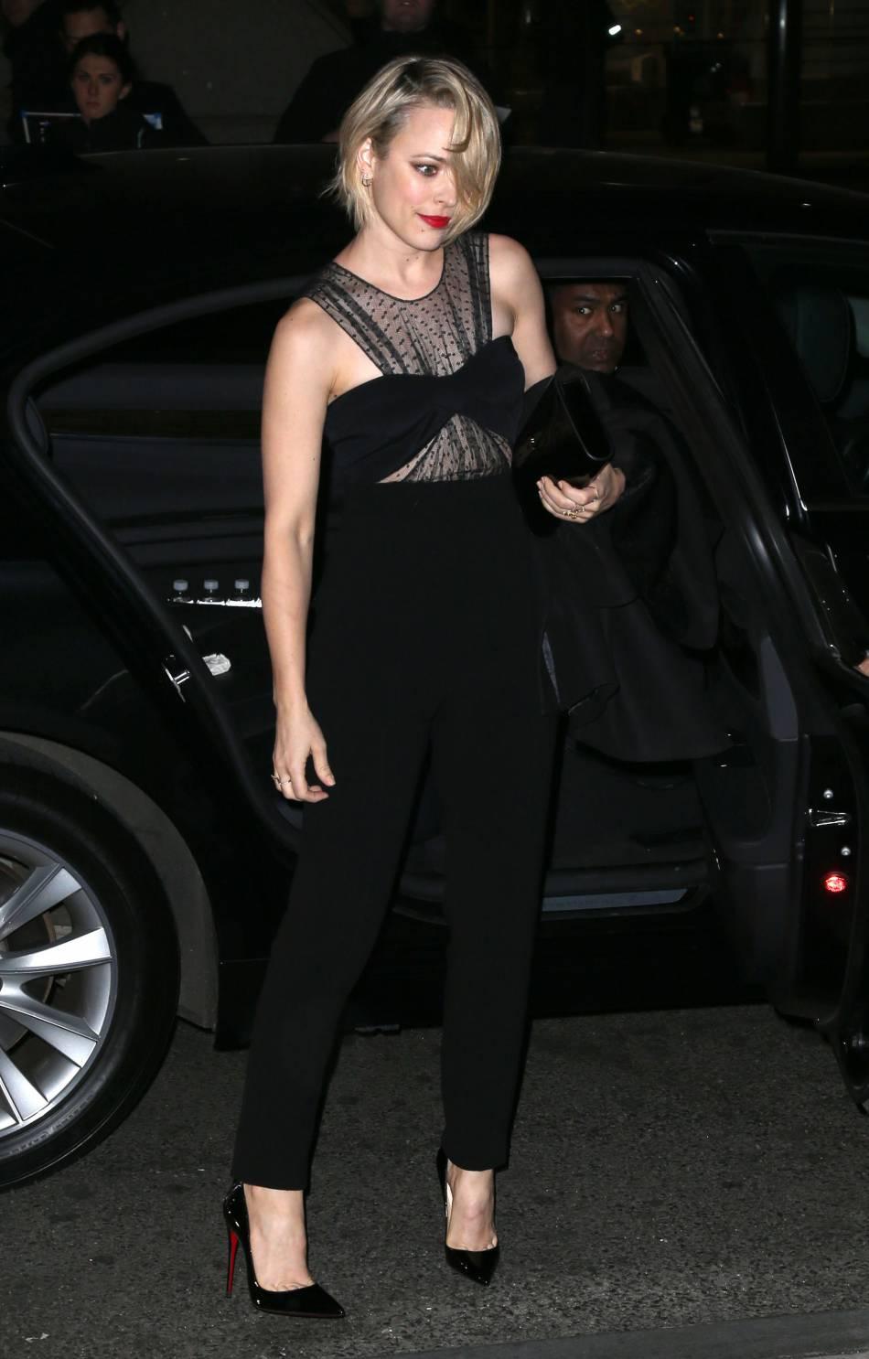Rachel McAdams porte une paire d'escarpins vernis de la marque Louboutin, pour le côté glamour.
