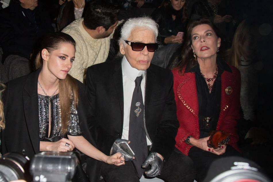 Kristen Stewart, Karl Lagerfeld et Caroline de Hanovre en front row du défilé Chanel Métiers d'Arts Paris à Rome 2015-2016 le 1er décembre 2015.