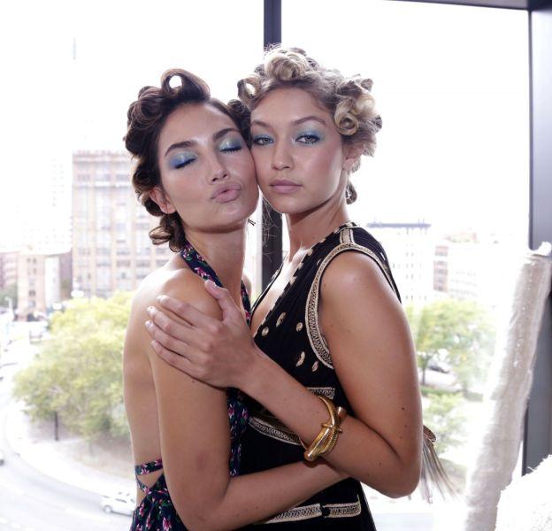 Lily Aldridge et Gigi Hadid, amies et toujours collées l'une à l'autre tout comme dans la campagne Stuart Weitzman.