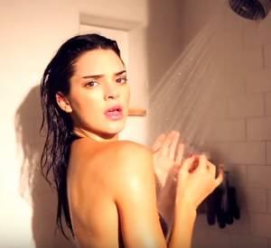 Kendall Jenner sous sa douche en bikini pour Love Magazine