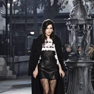 """Bella Hadid sur le podium du défilé Chanel Métiers d'art """"Paris à Rome 2015-2016"""""""