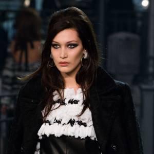 """Bella Hadid défile pour Chanel Métiers d'art """"Paris à Rome 2015-2016"""" le 1er décembre 2015."""