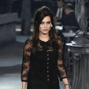 Bella Hadid défile pour la première fois pour Chanel.
