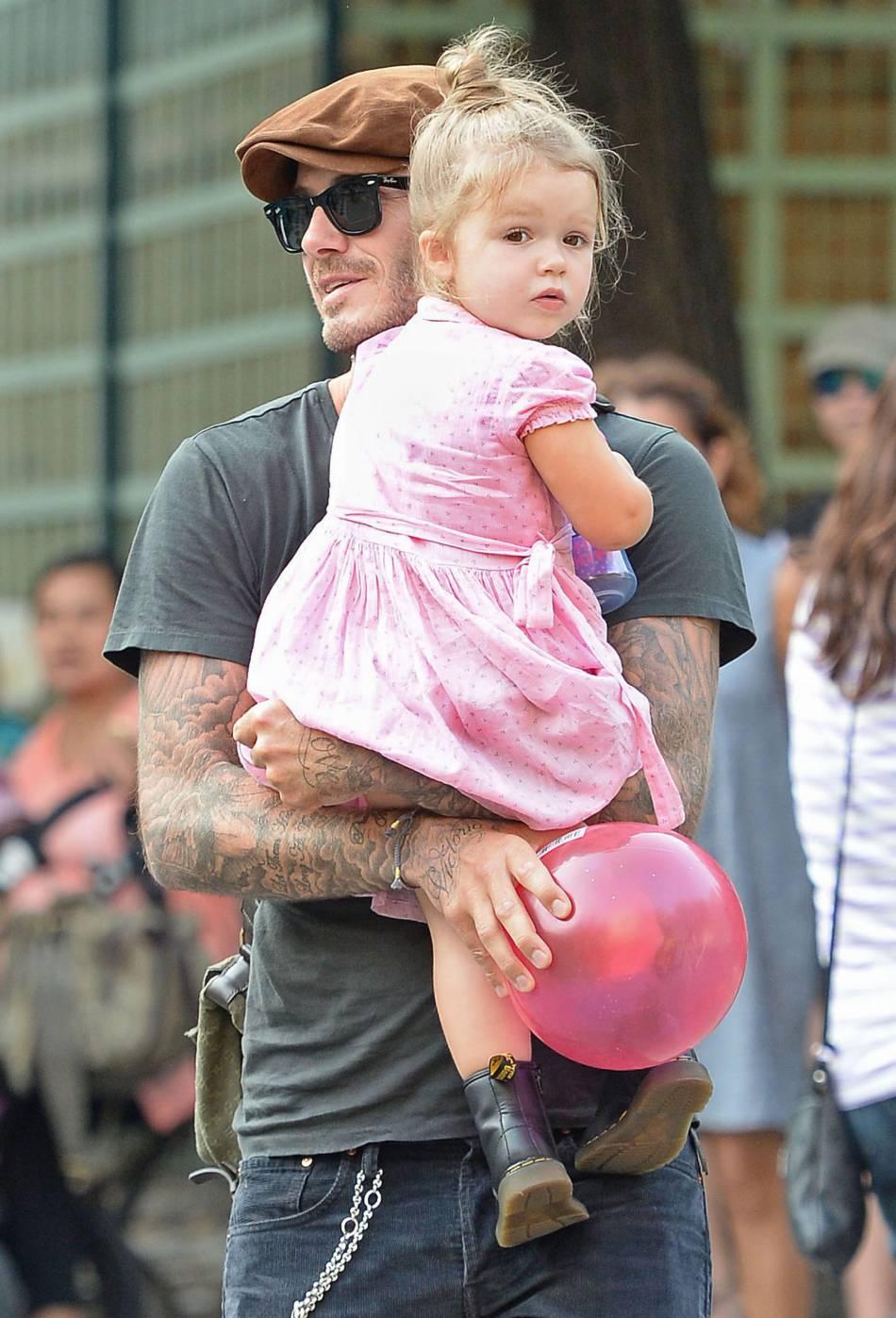 Harper Beckham et son père David. Le papa s'occupe beaucoup de sa fille.