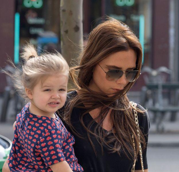 Harper Beckham rend ses parents un peu gagas. Sa mère est très fière d'elle.
