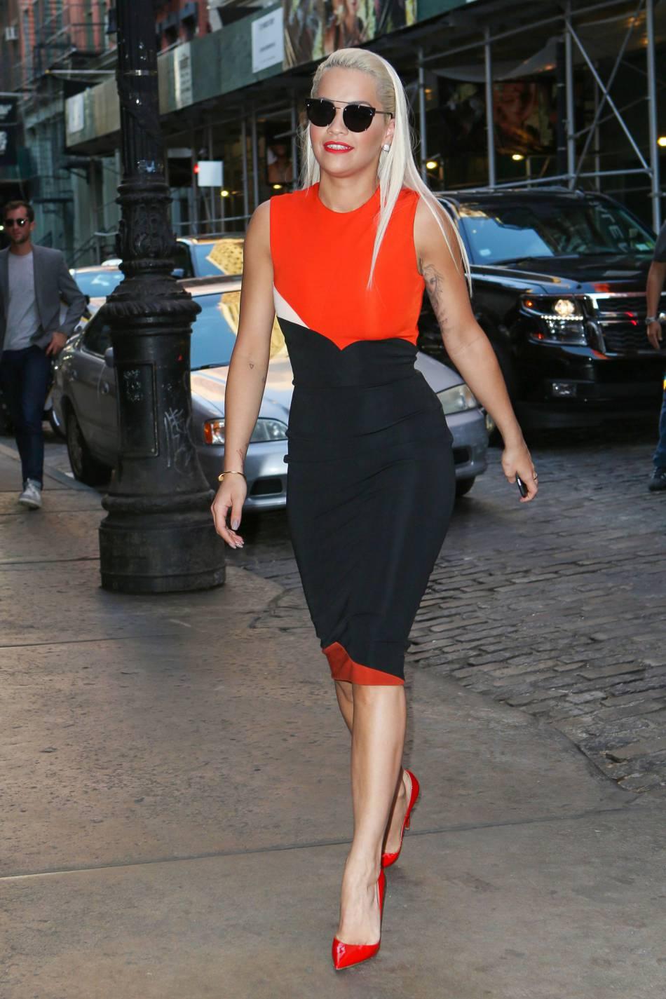 Rita Ora semble vraiment avoir un penchant pour la lingerie fine et les bijoux de corps.