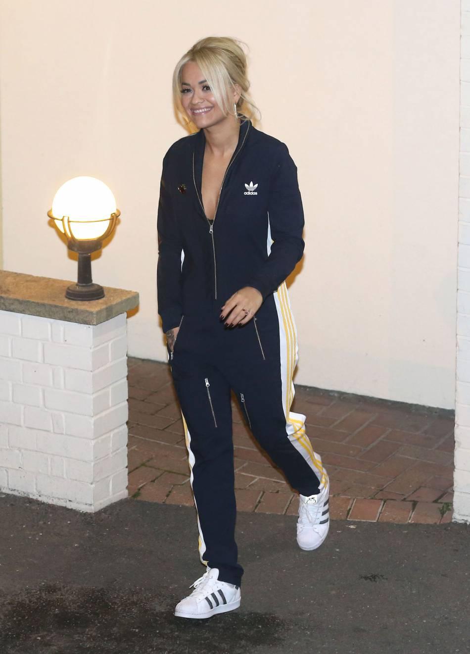 Quand Rita Ora ne porte pas le jogging elle enfile de la lingerie fine et le montre à tout le monde.