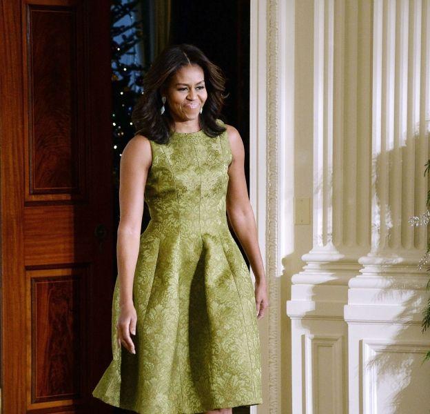 Michelle Obama, élégante dans une robe Michael Kors Collection pour accueillir les enfants de militaire à la Maison Blanche.