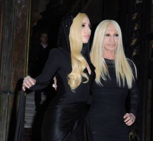 Donatella Versace toujours bien entourée.