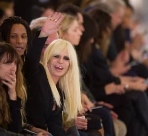Donatella Versace fait ses débuts sur les réseaux sociaux.