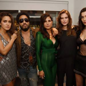 Bella Hadid prend la pose avec Jesse Jo Stark, Lenny Kravitz, Laurie Lynn Starket Cat McNeil.