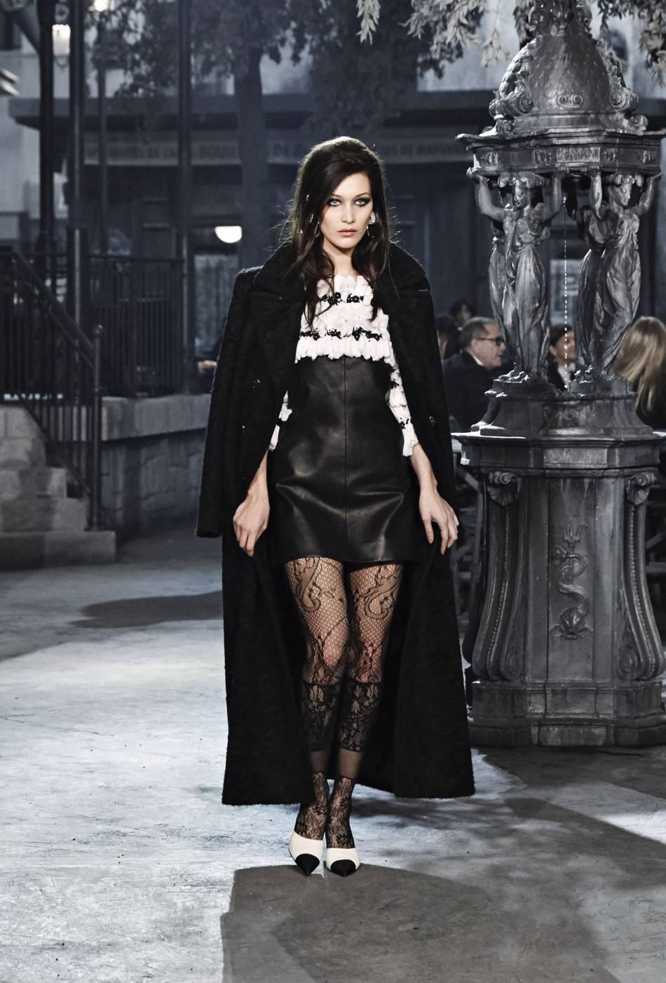 """Bella Hadid a défilé pour le show Chanel Métiers d'art """"Paris à Rome 2015-2016"""""""